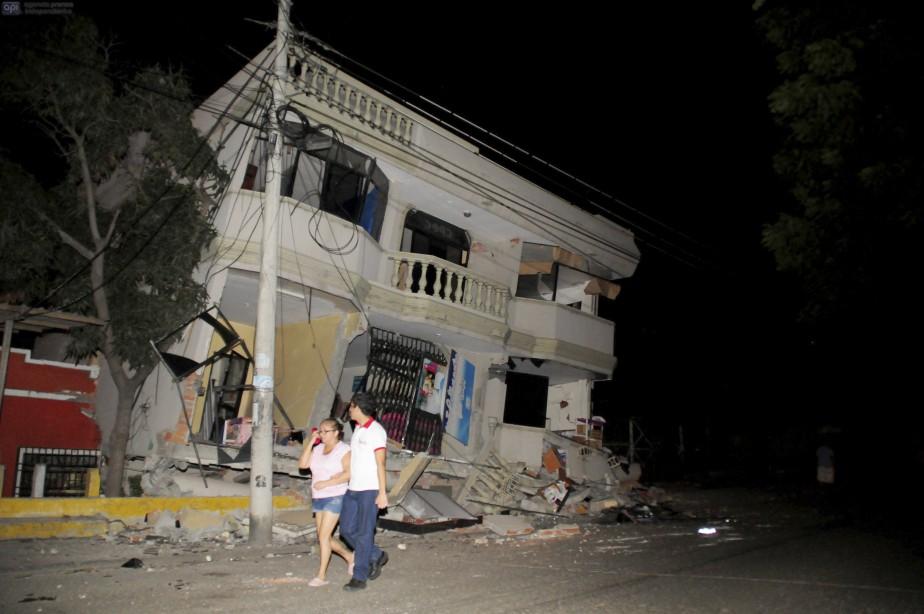 «C'était comme la fin du monde», a raconté à l'AFP Miriam Santana, 40 ans. «Les maisons se sont écroulées, les réverbères sont tombés, les gens sont complètement désespérés, il y a des gens enterrés sous les décombres», a-t-elle dit. (AFP, Ariel Ochoa)