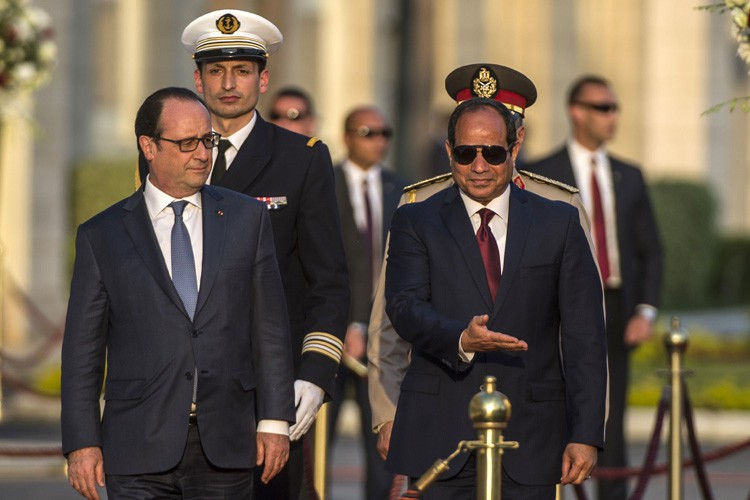 François Hollande etAbdel Fattah al-Sissiinspectent la garde d'honneur... (PHOTO AFP)