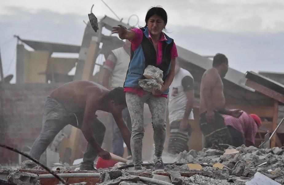 Sur le terrain, dimanche, les efforts se poursuivaient pour trouver et tirer d'éventuels survivants des décombres (AFP)