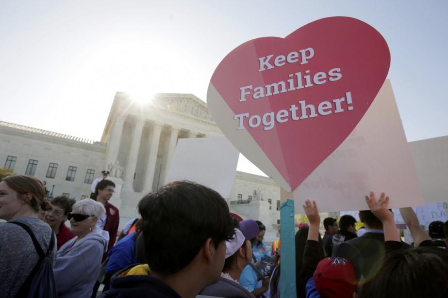 «Garder les familles ensemble», pouvait-on lire sur de... (PHOTO JOSHUA ROBERTS,  REUTERS)