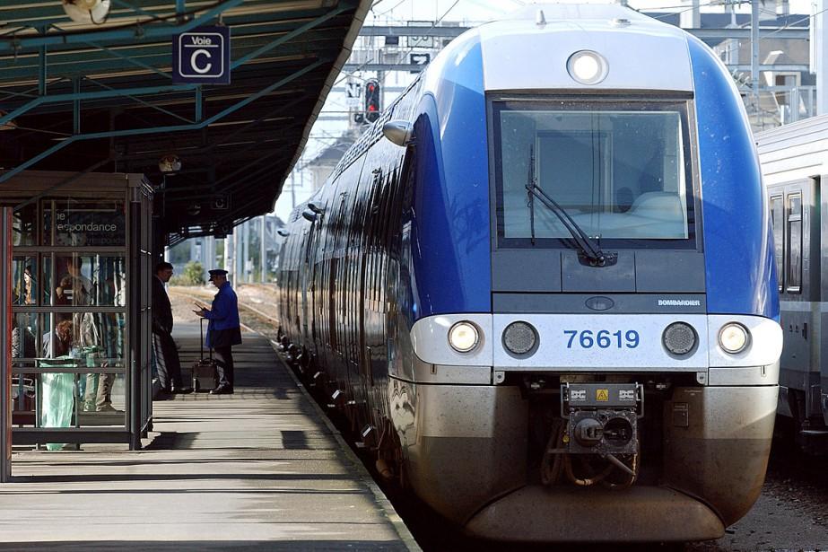 Un train de Bombardier, circulant entre Rouen et... (PHOTO MYCHELE DANIAU, ARCHIVES AFP)