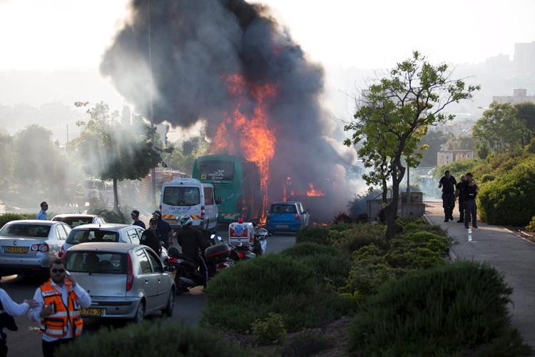 Les images de ces bus d'où s'échappait une... (PHOTO REUTERS)