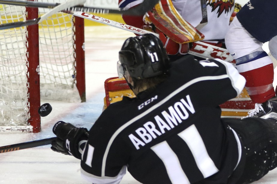 Vitalii Abramov regarde la rondelle frapper le poteau de la cage des Wildcats. (Patrick Woodbury, LeDroit)