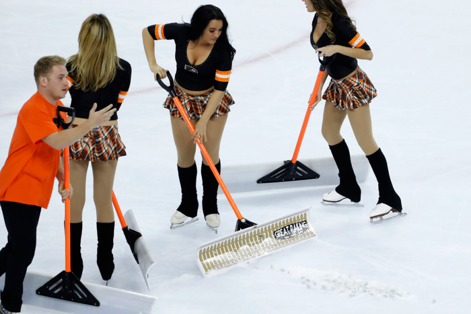 Des partisans des Flyers de Philadelphie ont lancé... (Photo Matt Slocum, AP)