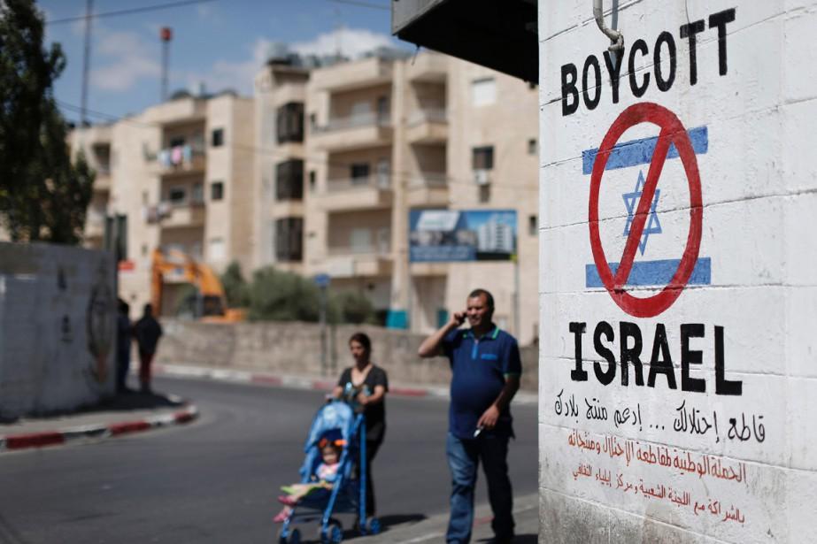 Des Palestiniens marchent à proximité d'un message appelant... (PHOTO THOMAS COEX, AFP)