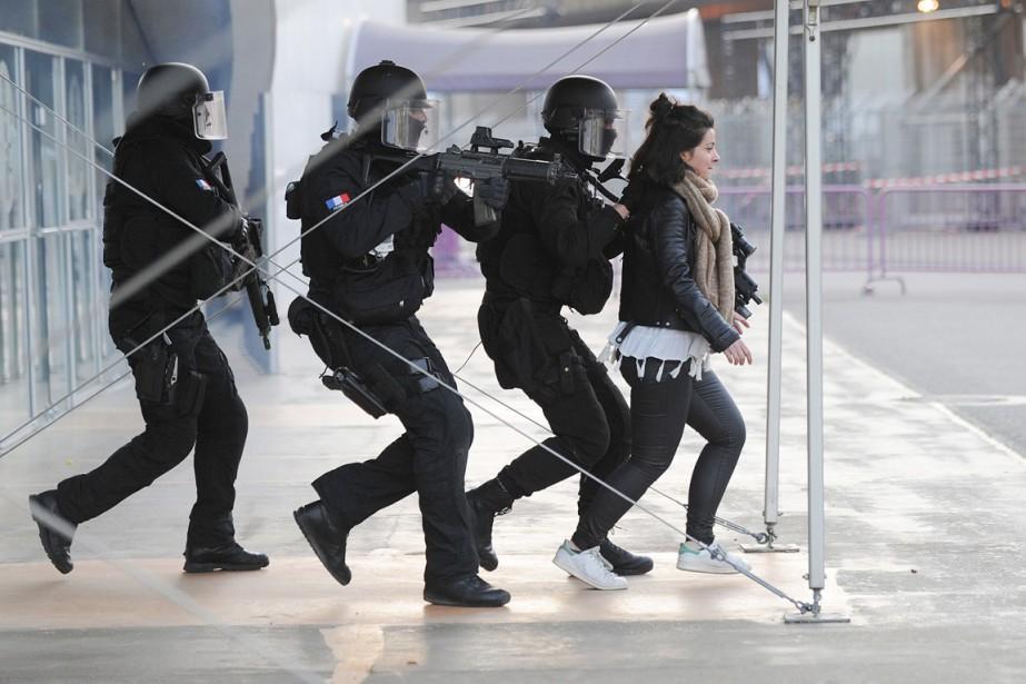 Des policiers d'élite du RAID, le groupe d'intervention... (PHOTO REMY GABALDA, ARCHIVES AFP)