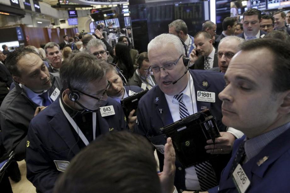 Les cours du pétrole ont permis au dollar... (PHOTO BRENDAN MCDERMID, REUTERS)