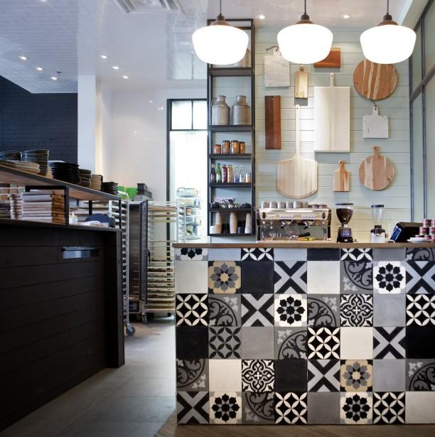 Carreaux de ciment : coup de coeur pour ce patchwork de carreaux de ciment, à la boulangerie-café La Bête à pain, dans Griffintown. «J'ai d'abord réalisé le motif au sol et j'ai fait une photo afin que le carreleur puisse le reproduire fidèlement», détaille Louis Gagnon. Directeur de création chez Paprika, il a conçu l'aménagement de l'endroit. (PHOTO MARCO CAMPANOZZI, LA PRESSE)