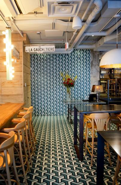 Effet wow: Dès l'entrée au restaurant Fiorellino, le regard est attiré par un revêtement à motif géométrique qui file du sol au plafond. Un aménagement très fort et très «instagramé» qui, de loin, semble être constitué de carreaux. Illusion! Jean-Guy Chabauty, designer des lieux et président d'Atelier Moderno, a plutôt créé un motif qu'il a fait imprimer sur un papier collant. (PHOTO MARCO CAMPANOZZI, LA PRESSE)
