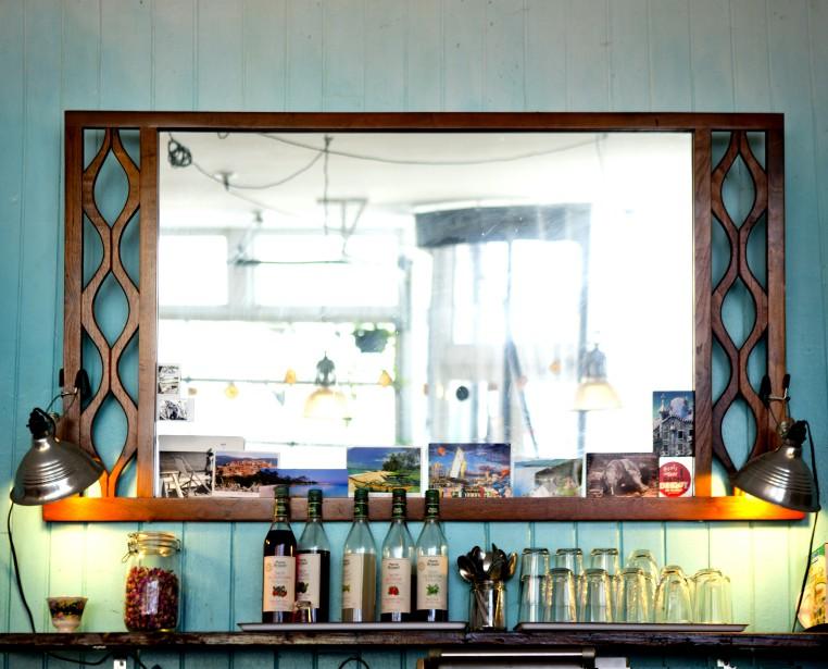 Miroir à souvenirs : «Comme à la maison, j'aime bien utiliser mes miroirs comme des cadres pour des photos de famille des cartes postales», avoue Gaby Kassas, propriétaire du Café Sfouf. (PHOTO MARCO CAMPANOZZI, LA PRESSE)