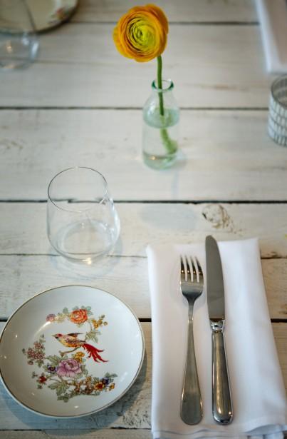 Assiette à pain vintage : Stéphanie Labelle, du restaurant Chambre à part, possède une large collection d'anciennes assiettes en porcelaine anglaise, dont celle-ci, ornée d'un bel oiseau. Et pourquoi ne pas l'imiter en recyclant de petites bouteilles de nectar en soliflores? (PHOTO MARCO CAMPANOZZI, LA PRESSE)