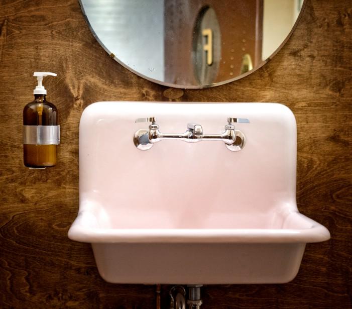 Lavabo rétro : on a craqué pour l'ancien lavabo en fonte des toilettes des femmes, du Bar Henrietta, qui a été réémaillé en rose tendre. (PHOTO MARCO CAMPANOZZI, LA PRESSE)