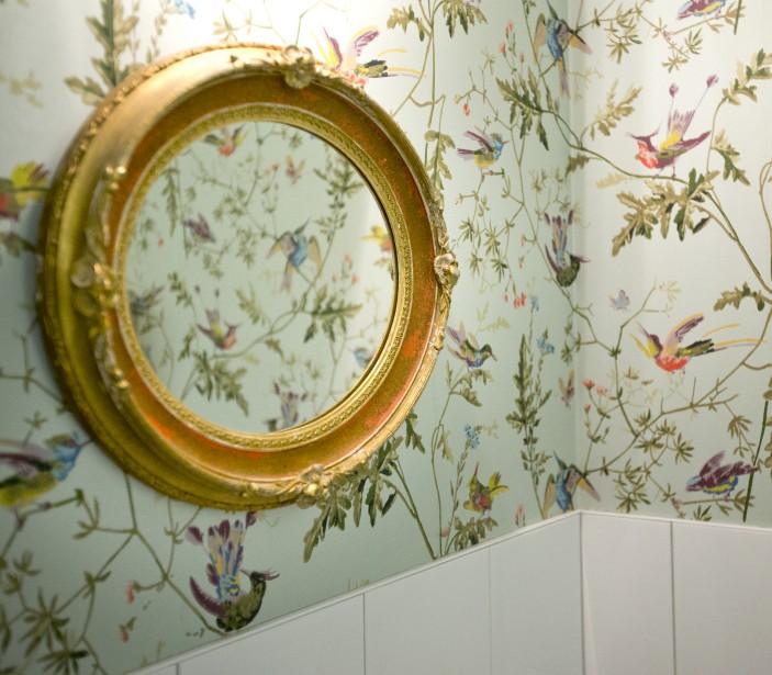 Touche de papier peint : on a été séduits par ce papier peint à motif d'oiseaux dans les toilettes des femmes du restaurant Chambre à part. «Un papier peint Cole&Son, trouvé chez Empire Papier Peint, à Montréal», note Stéphanie Labelle, qui a aussi déniché ce joli miroir doré, au marché aux puces Saint-Michel, à Montréal. (PHOTO MARCO CAMPANOZZI, LA PRESSE)