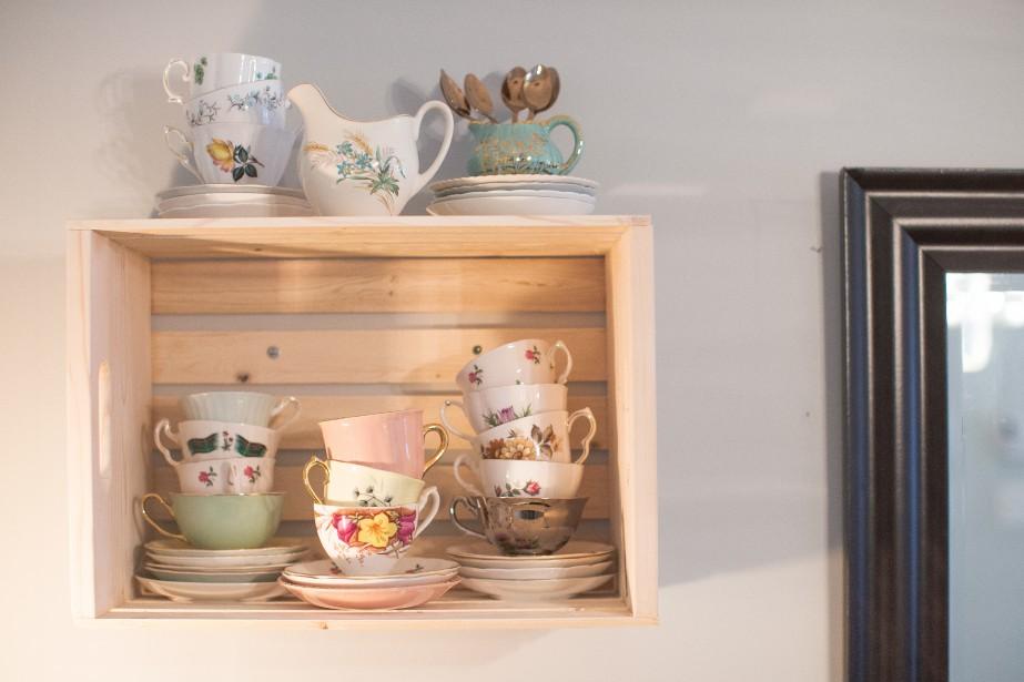 Tasses<em>vintage</em>: Une collection de tasses<em>vintage</em> trône sur un mur de la salle à manger, héritage de sa grand-mère. «Ma famille est originaire d'Écosse et d'Angleterre», précise-t-elle. (PHOTO OLIVIER PONTBRIAND, LA PRESSE)