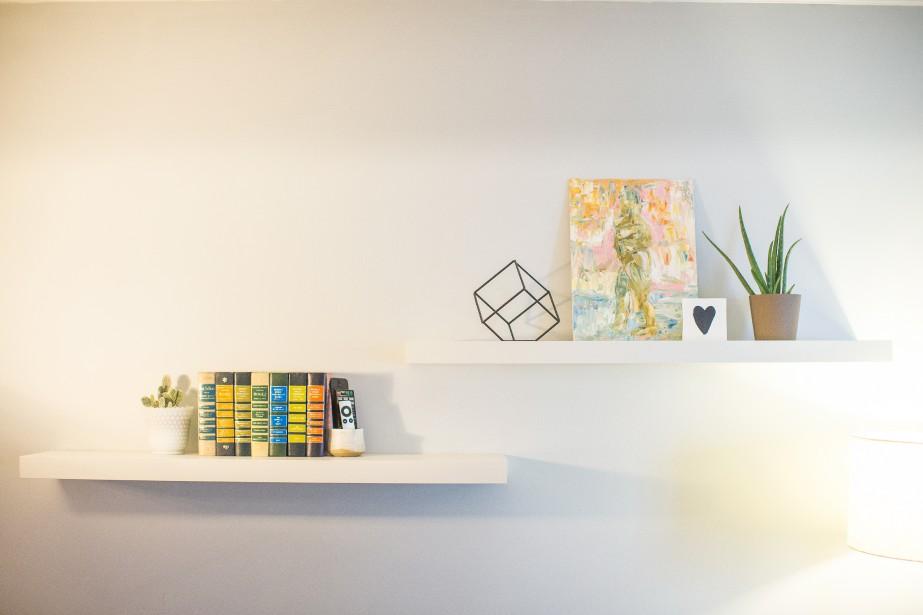 Artistes locaux: Emily aime encourager les artistes locaux. Dans le salon, une peinture de l'artiste montréalais Adamo Tiseo est exposée sur une simple tablette blanche. (PHOTO OLIVIER PONTBRIAND, LA PRESSE)