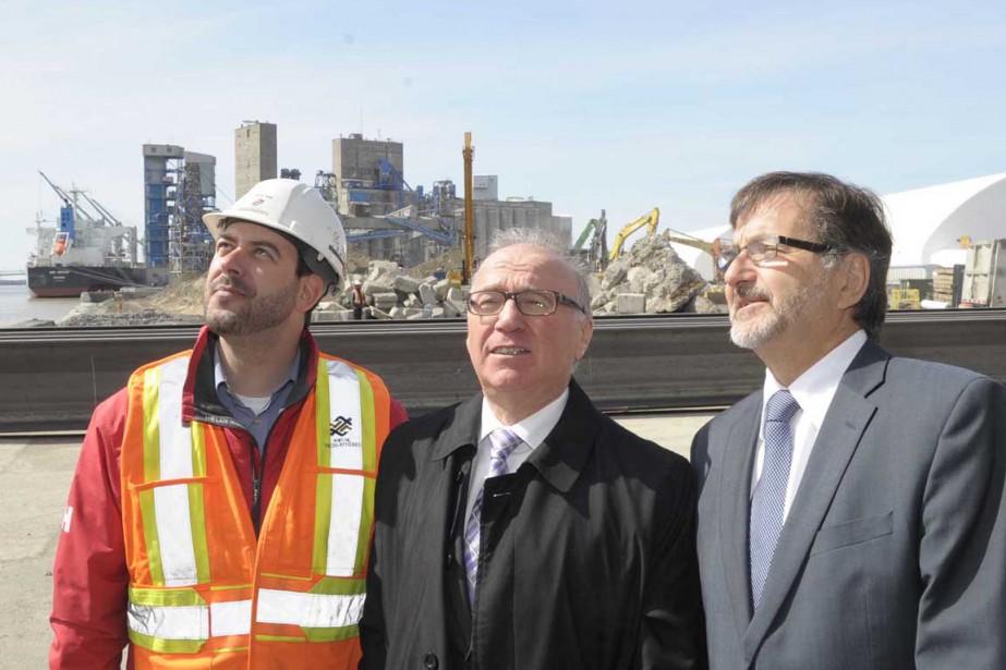 Steve Jean, directeur adjoint des opérations, Michel Parent, directeur des opérations, et Gaétan Boivin, président et directeur général, ont fait visiter le chantier en cours actuellement au port de Trois-Rivières. (Sylvain Mayer, Le Nouvelliste)