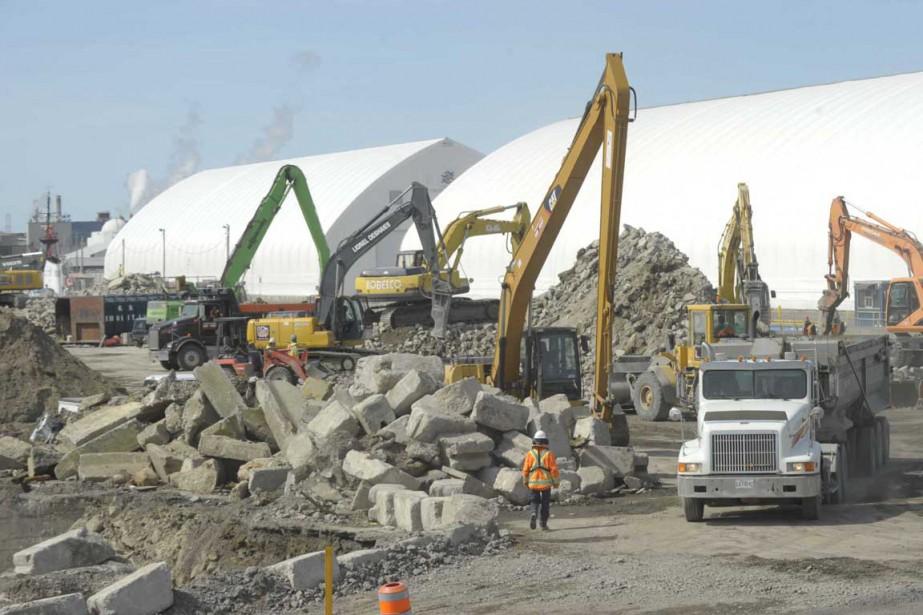 Les travailleurs s'affairent à retirer le béton des lieux des anciens hangars 13 et 14. (Sylvain Mayer, Le Nouvelliste)