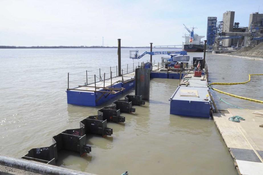 Sept des 99 pieux du quai numéro 13 ont été plantés la semaine dernière. (Sylvain Mayer, Le Nouvelliste)