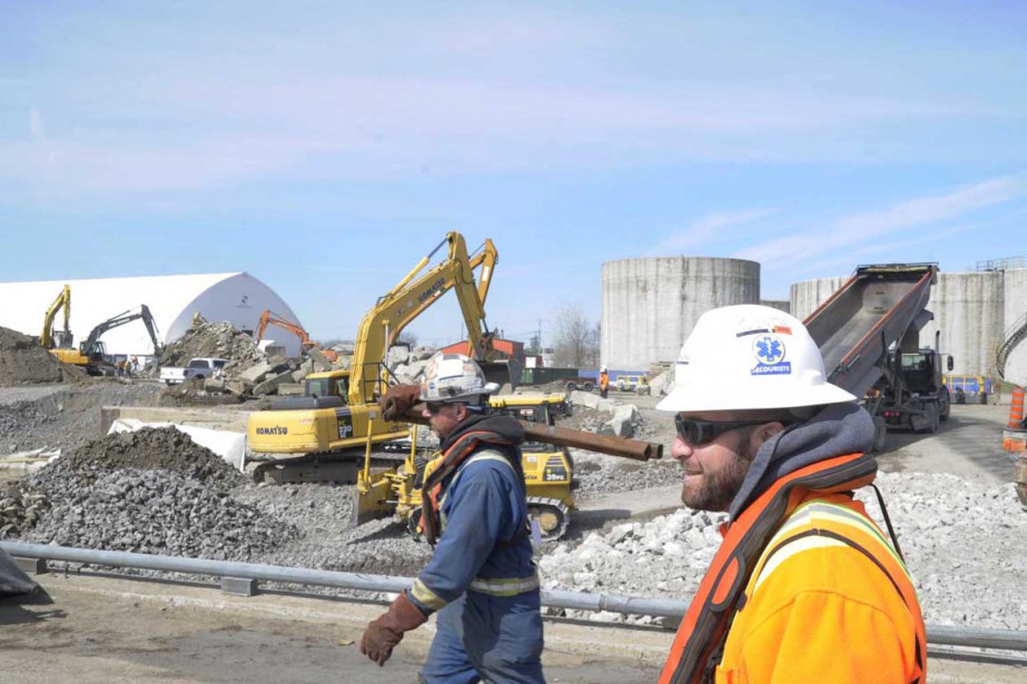 Entre 40 et 50 travailleurs sont sur le chantier au port trifluvien. ()