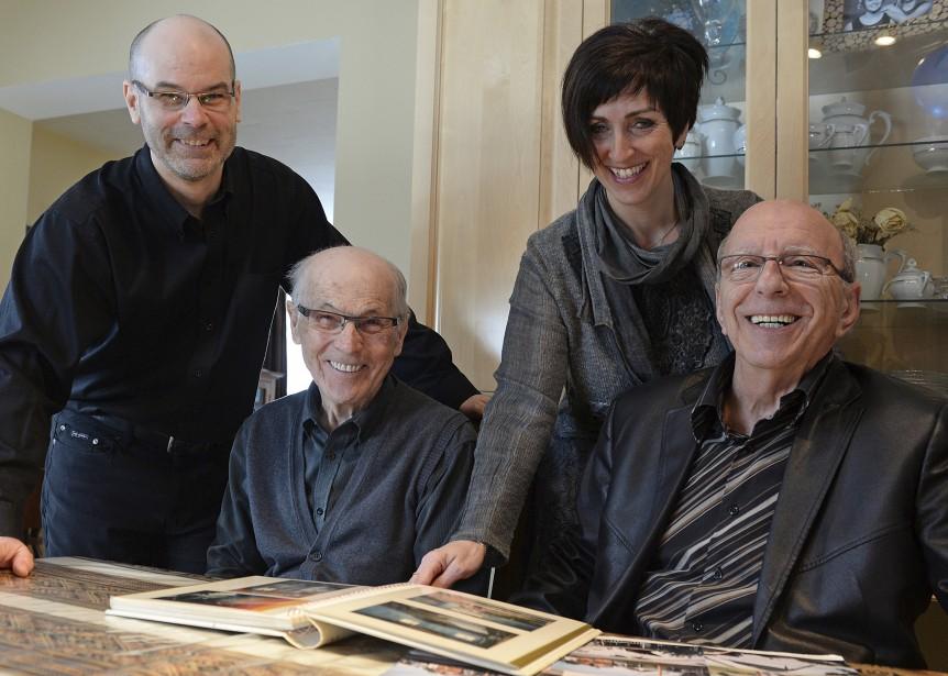 Daniel Croteau et son père Rolland, Sonya Auclair et son père Pierre, ont documenté les travaux de la maison qui se sont échelonnés sur près de 10 ans. (Le Soleil, Patrice Laroche)