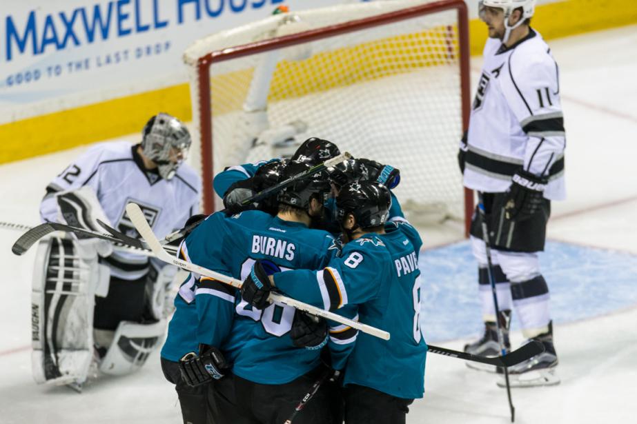 Les joueurs des Sharks célèbrent après le but... (Photo John Hefti, USA Today)