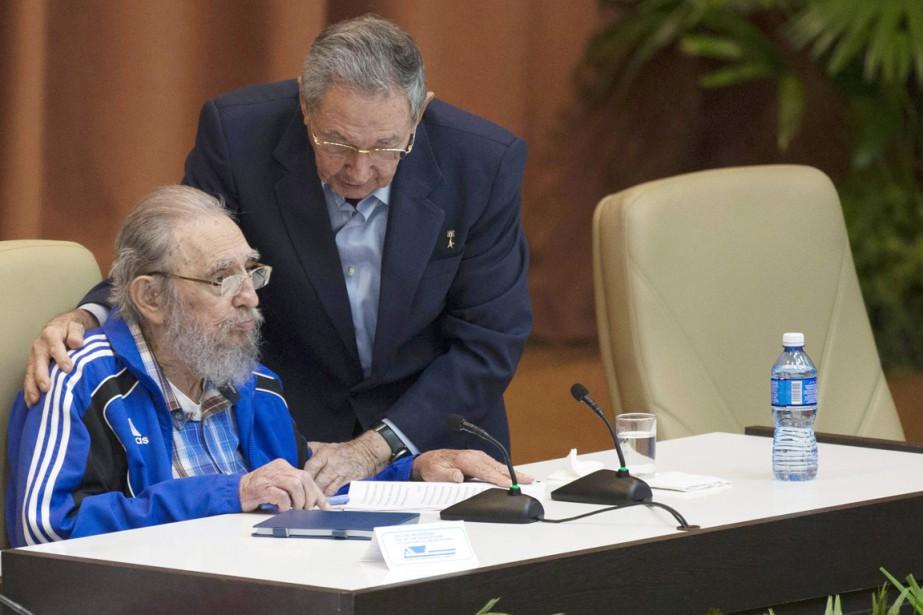 Les deux frères, qui n'avaient plus été vus... (PHOTO ISMAEL FRANCISCO, CUBADEBATE/AP)