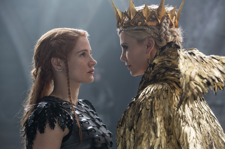 Jessica Chastain et Charlize Theron dans The Huntsman-Winter's... (PHOTO FOURNIE PAR UNIVERSAL)