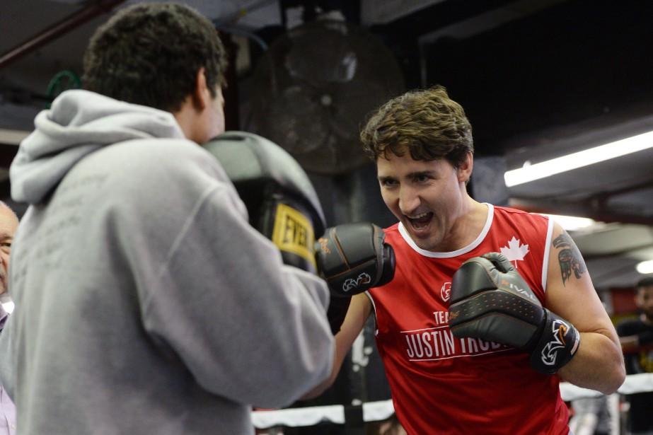 Le premier ministre a enfilé les gants de... (PHOTO SEAN KILPATRICK, LA PRESSE CANADIENNE)