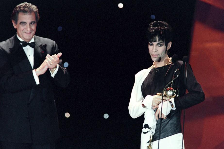 En mai 1994, Prince a reçu de Placido Domingo un prix de reconnaissance pour son oeuvre aux World Music Awards à Monaco. ()