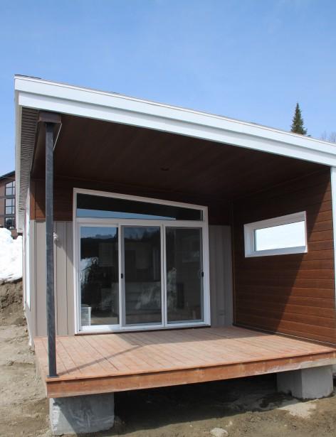 Chaque microchalet profite d'une grande terrasse qu'il sera possible de fermer avec un vitrage pour créer un espace pour mettre les équipements et revêtir ses habits d'hiver. (Mélissa Bradette)