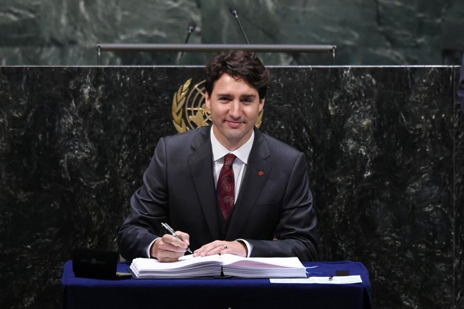 Le premier ministre Justin Trudeau signe l'accord de... (PHOTO JEWEL SAMAD, AFP)