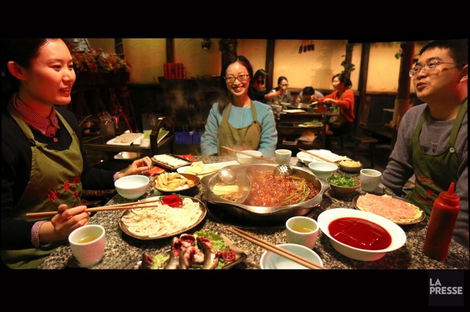 Le<em>yuanyang huoguo,</em>fondue à double compartiment, est un incontournable de la cuisine du Sichuan. (PHOTO SYLVAIN SARRAZIN, LA PRESSE)