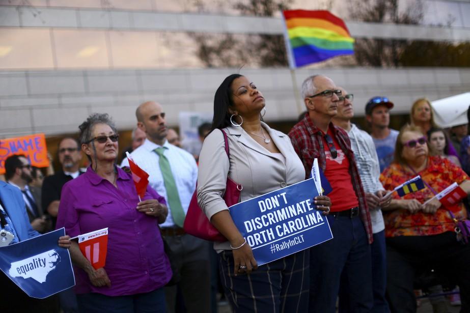 Des manifestants sont rassemblés devant le siège du... (PHOTO TRAVIS DOVE, ARCHIVES THE NEW YORK TIMES)