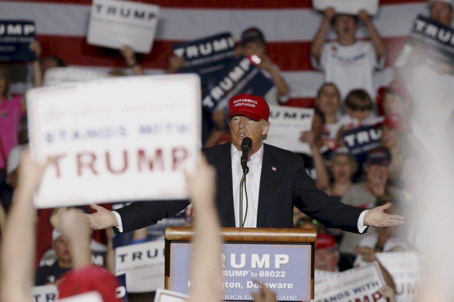 U.S. Republican presidential candidate Donald Trump holds a... (JONATHAN ERNST)