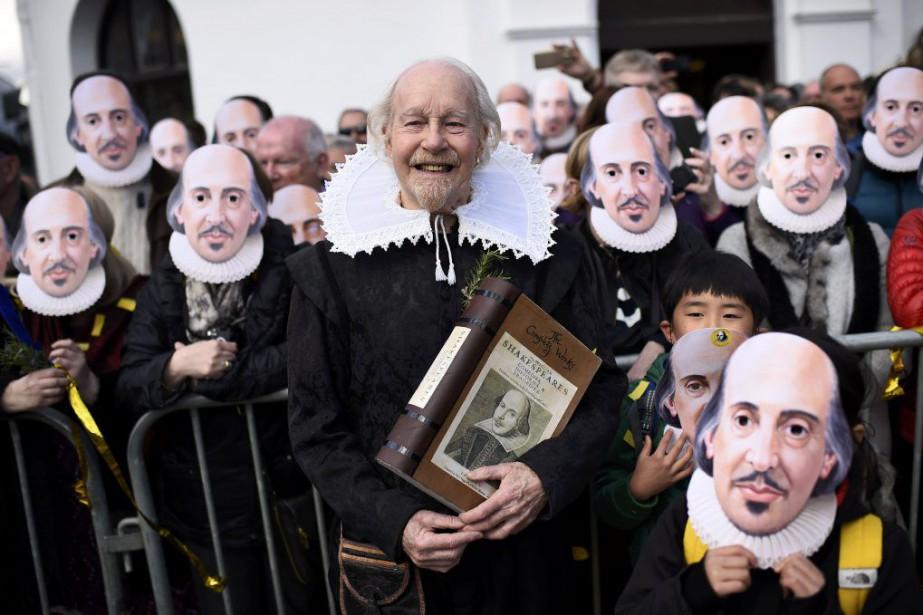 Des gens qui arborent des masques de William... (PHOTO DYLAN MARTINEZ, REUTERS)