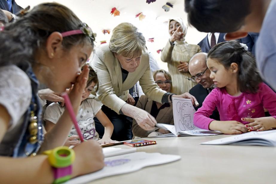 La chancelière allemande Angela Merkel visite la garderie... (Photo Steffen Kugler, Reuters)