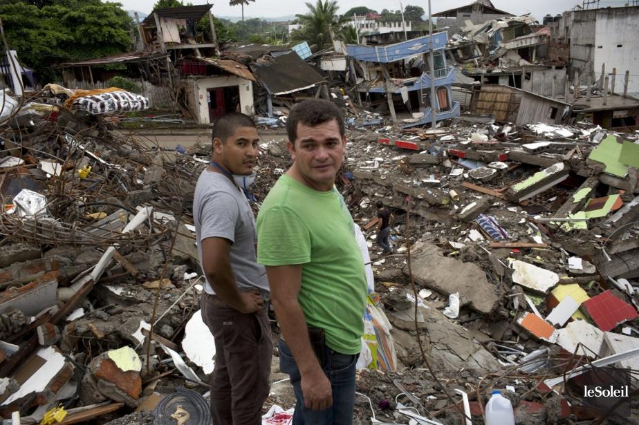 Les résidants d'un quartier observent un bulldozer en... (Photothèque Le Soleil)