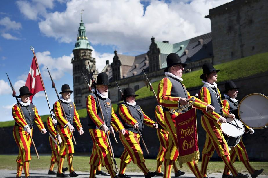 Des gens déguisés dans de vieux uniformes royaux marchent devant le Château de Kronborg au Danemark, lieu où se déroule la pièce <em>Hamlet</em>. (Photo AFP, Marie Hald)