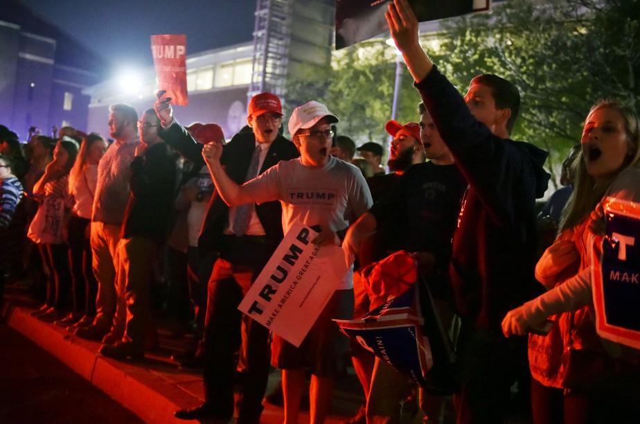Les partisans de Donald Trump devant le complexe où se tient le meeting du candidat républicain ()