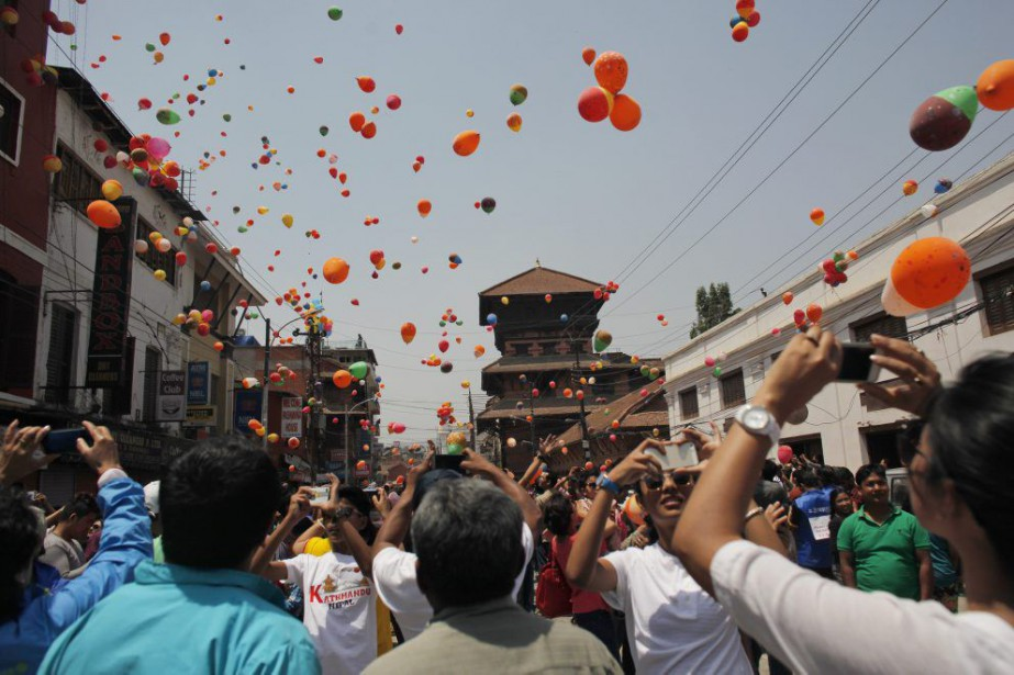Près de 9000 personnes ont perdu la vie... (Photo Niranjan Shrestha, Associated Press)
