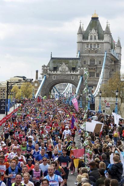 Les coureurs traversent le fameux Tower Bridge, situé dans le centre de Londres. (AFP, Niklas Halle'n)