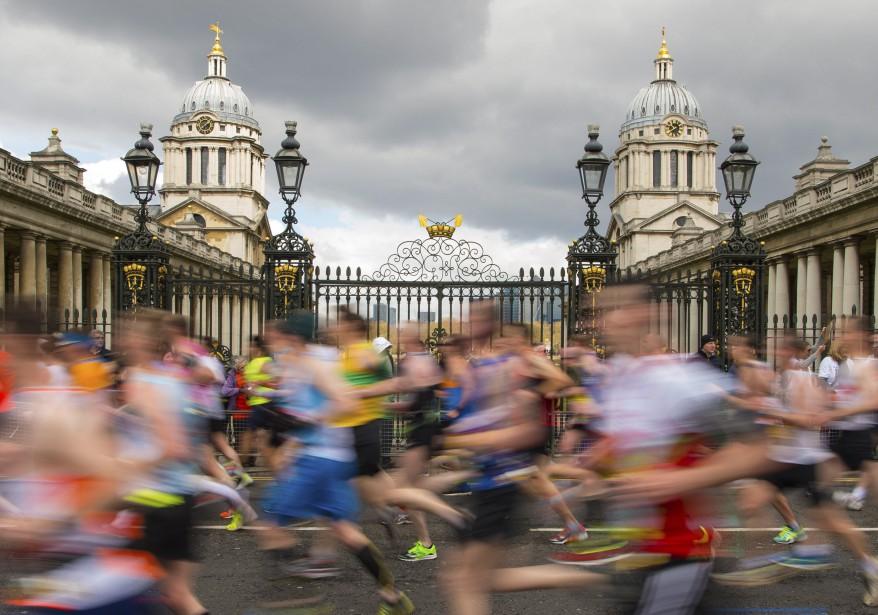 Les coureurs passent devant le Old Royal Naval College, dans Greenwich. (AP)