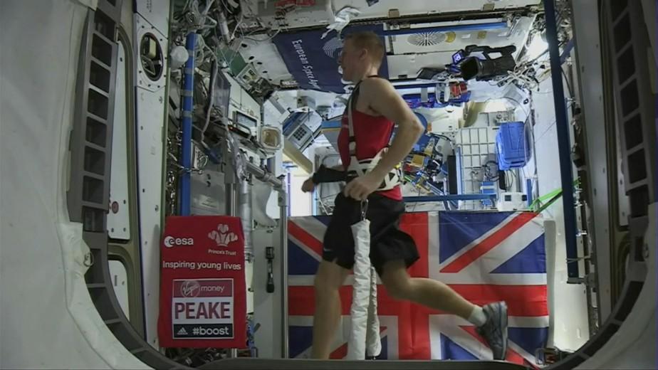 L'astronaute anglais Tim Peake a couru le marathon de Londres en 3h 35min 21sec, et ce, alors qu'il est dans une station spatiale en orbite à 250 kilomètres de la Terre. (AP)