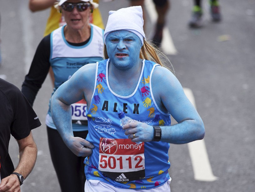 Un coureur déguisé enschtroumpfette (AFP, Niklas Halle'n)