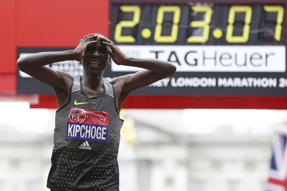 Le Kényan Eliud Kipchoge a franchi la ligne d'arrivée en 2h 3min 4sec, butant sur le record du monde de Dennis Kimetto (2h 2min 57sec) pour sept petites secondes seulement. (AFP, Justin Tallis)