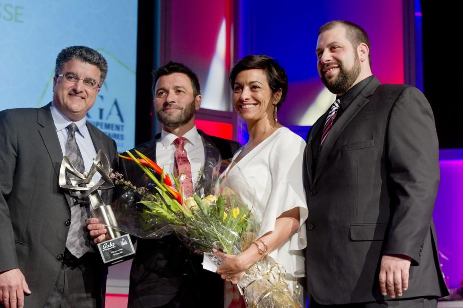 Le prix PME de l'année a été donné au restaurant Le Cellier. Gino Dorido, vice-président chez Costco Canada, a remis le prix à José Rego, Isabelle Lacroix et au chef Martin Parker. (Martin Roy, LeDroit)