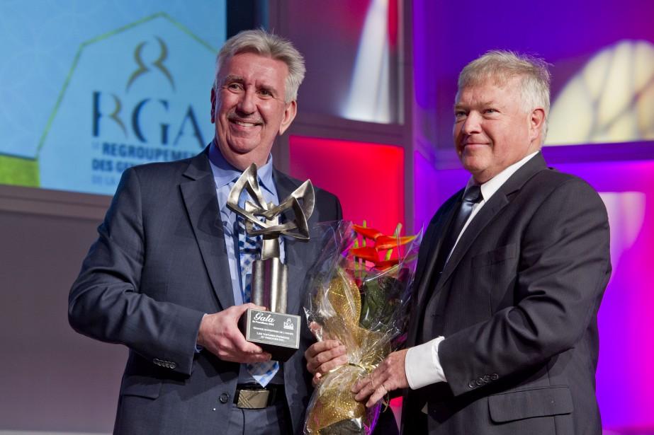 Le prix Grande entreprise de l'année a été donné à Les Toitures Raymond et Associés.Pierre Bourdon, associé chez BDO Canada, a remis le prix à Alain Raymond, le président de la compagnie. (Martin Roy, LeDroit)