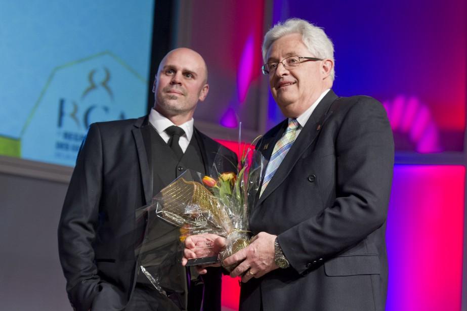 Un des quatre prix Coup de coeur du jury a été remis à Claude Laguë, doyen de la faculté de génie Université d'Ottawa (à droite).Le prix lui a été remis parJean-François Proulx, directeur des ventes chez Bell Media. (Martin Roy, LeDroit)