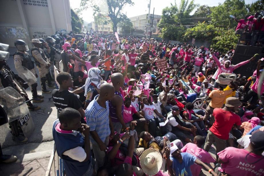 Des centaines de personnes ont manifesté dans la capitale... (Photo AP)