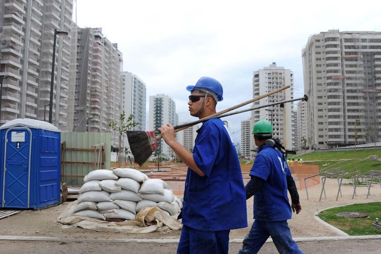 Certains chantiers des JO-2016 ont pris du retard,... (PHOTO AFP)